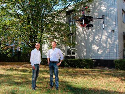 Mit der Drohne sammeln die Professoren Daten über Nutzpflanzen, die später selbstfahrenden landwirtschaftlichen Maschinen als Grundlage dienen sollen.