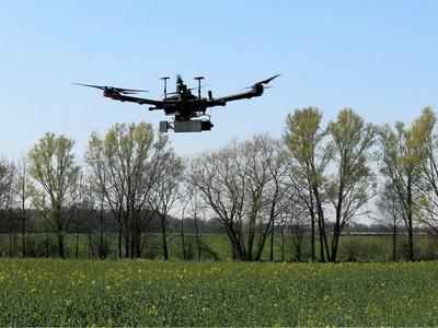 nutzen moderne Technologien zur Überwachung und Untersuchung von Feldern. (© Foto: PhenoRob / Uni Bonn)