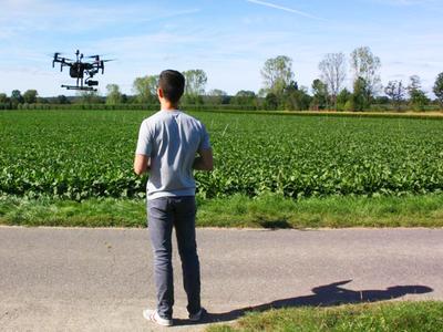 Doktorand Jan Weyler steuert eine Forschungs-Drohne. (© Foto: PhenoRob | Uni Bonn)